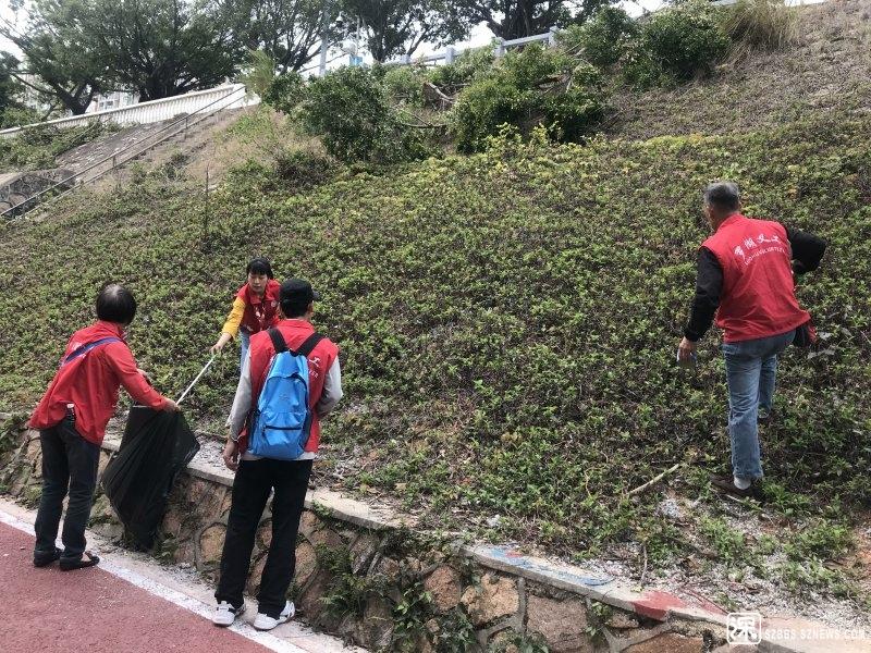 义工和社工在边坡上拾捡垃圾.jpg