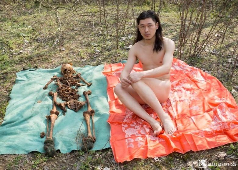 司原逐冀裸身與父親的遺骨合照。