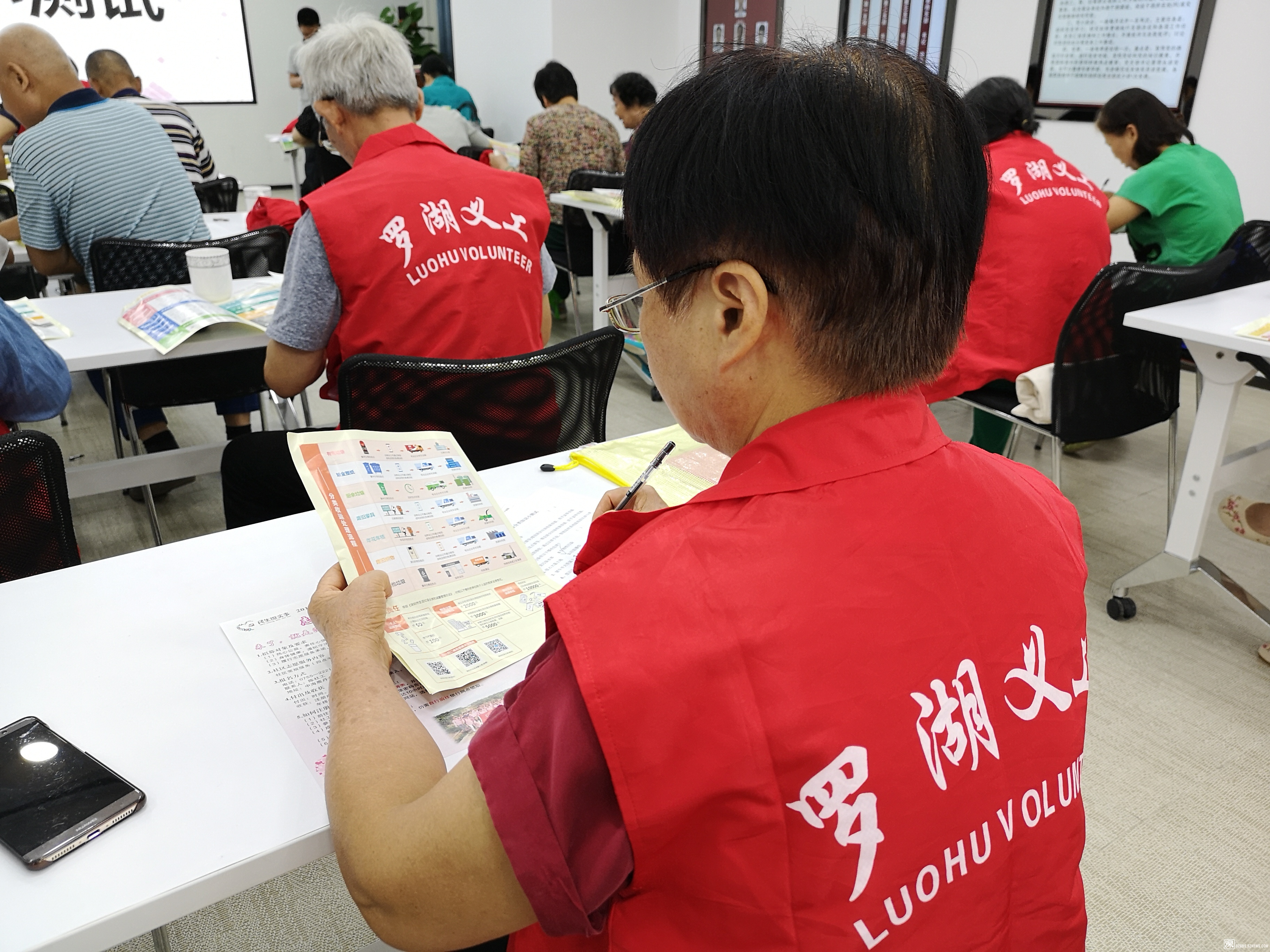 图4.志愿者认真学习并做笔记.jpg