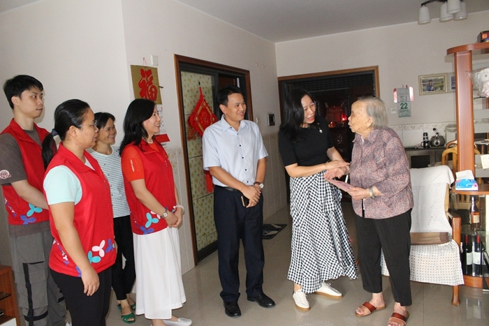 桂园街道、老围社区领导和社工一起看望百岁老人.JPG
