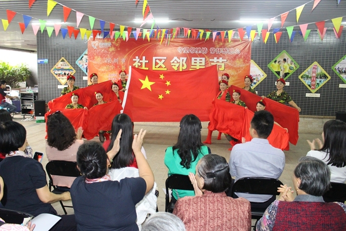 居民表演的舞蹈《五星红颜.JPG