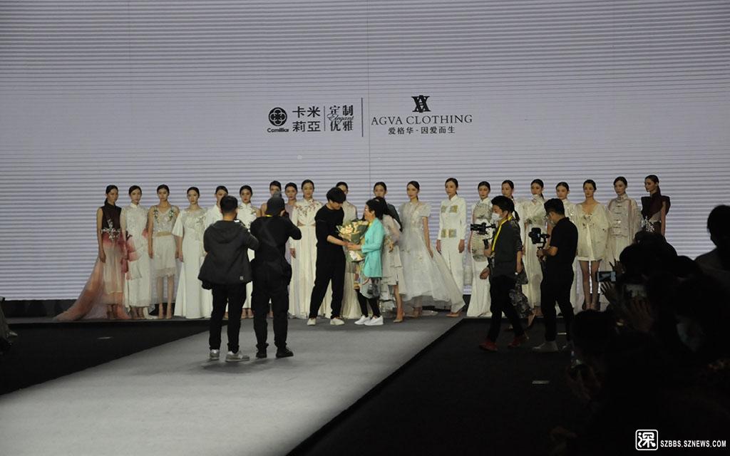DSC_1158爱格华的秀场上设计师接受献花.JPG
