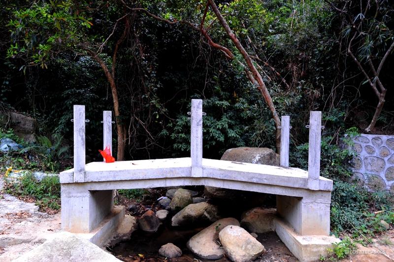 正在修建的山中的小桥