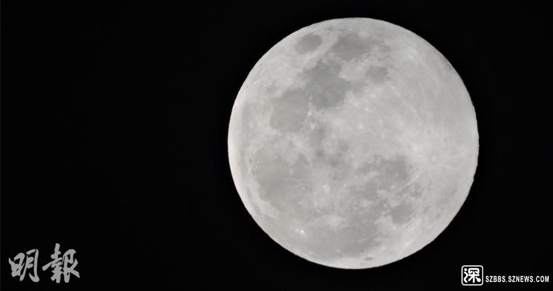《明報》記者在葵涌8號貨櫃碼頭,拍下元宵節晚上的「超級月亮」。(林智傑攝) ...