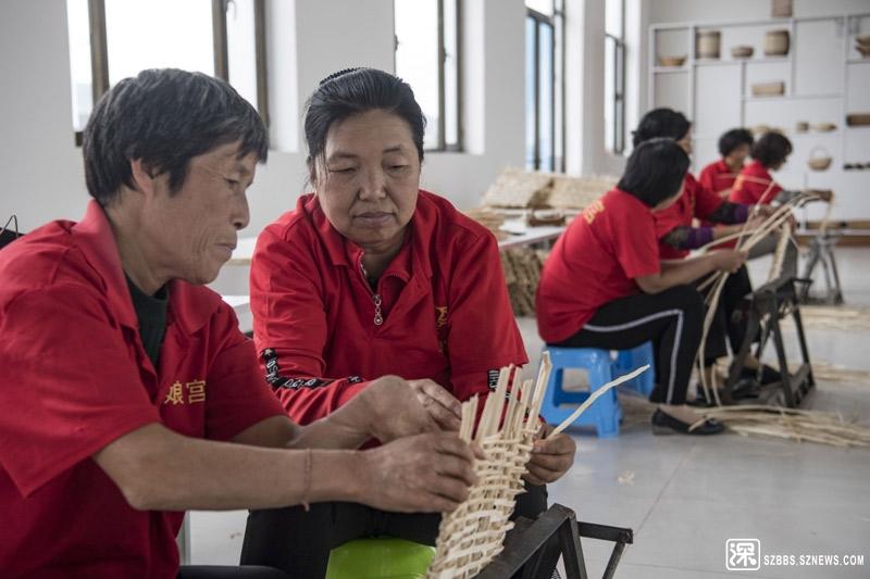 8月22日,广灵县巧娘宫手工编织专业合作社员工在制作柳条产品。该合作社在9个乡镇建立了编织培训基地,为农 ...