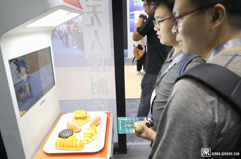 8月22日,参观者在观看一个图像识别自助收银设备。