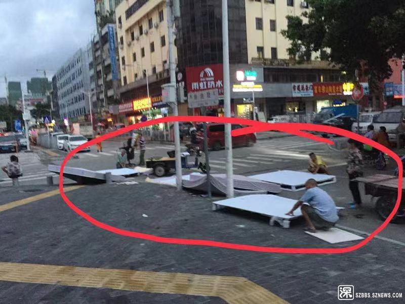 人行道上拆废品