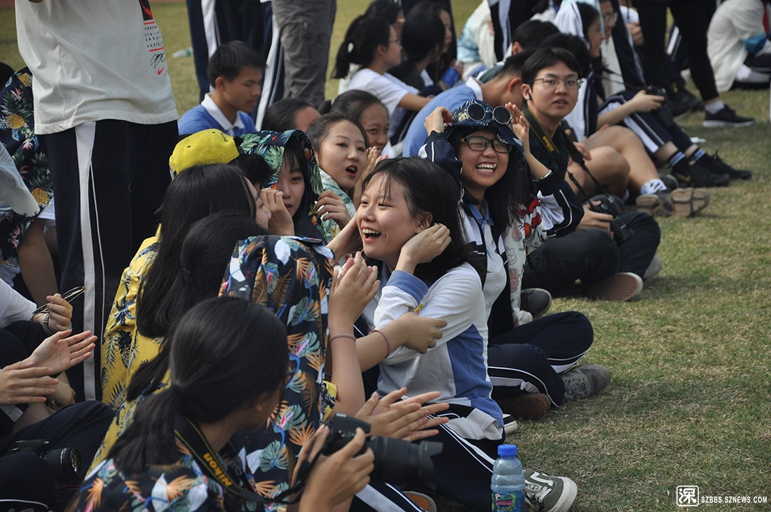 DSC_0181接受同学的祝贺.JPG