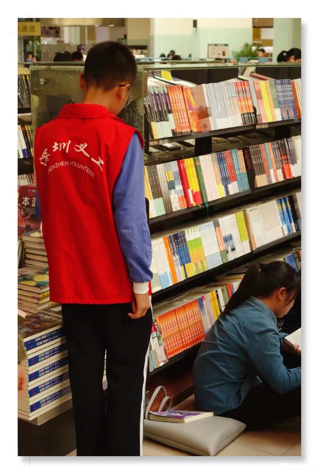 深圳书城内的小小志愿者【大个李】.jpg