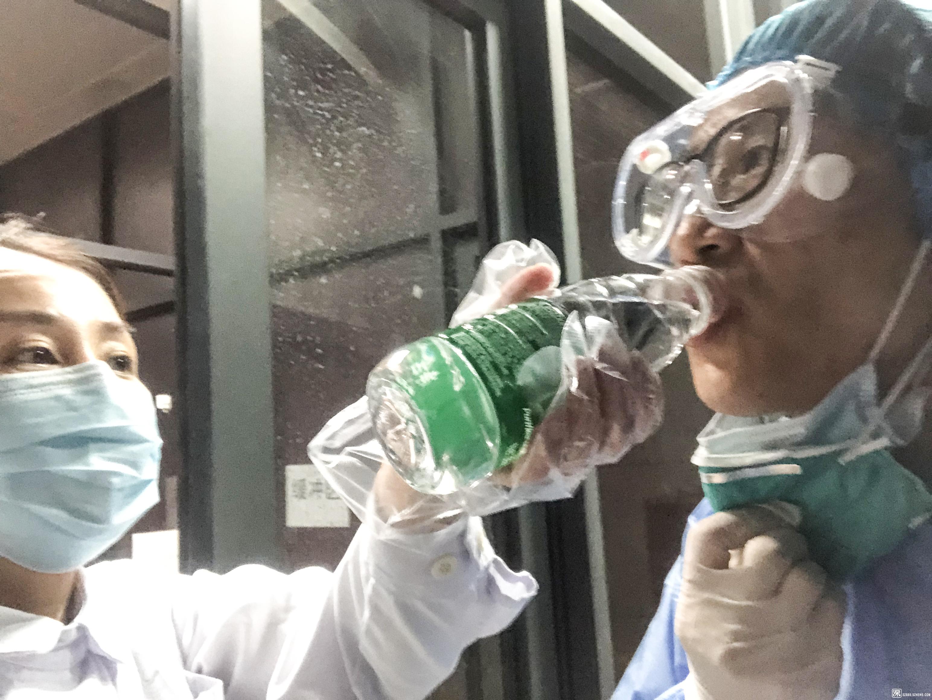 """《""""喝""""护——为节省时间及防护物资,医生在护士帮助下喝上水。》.jpg.jpg"""