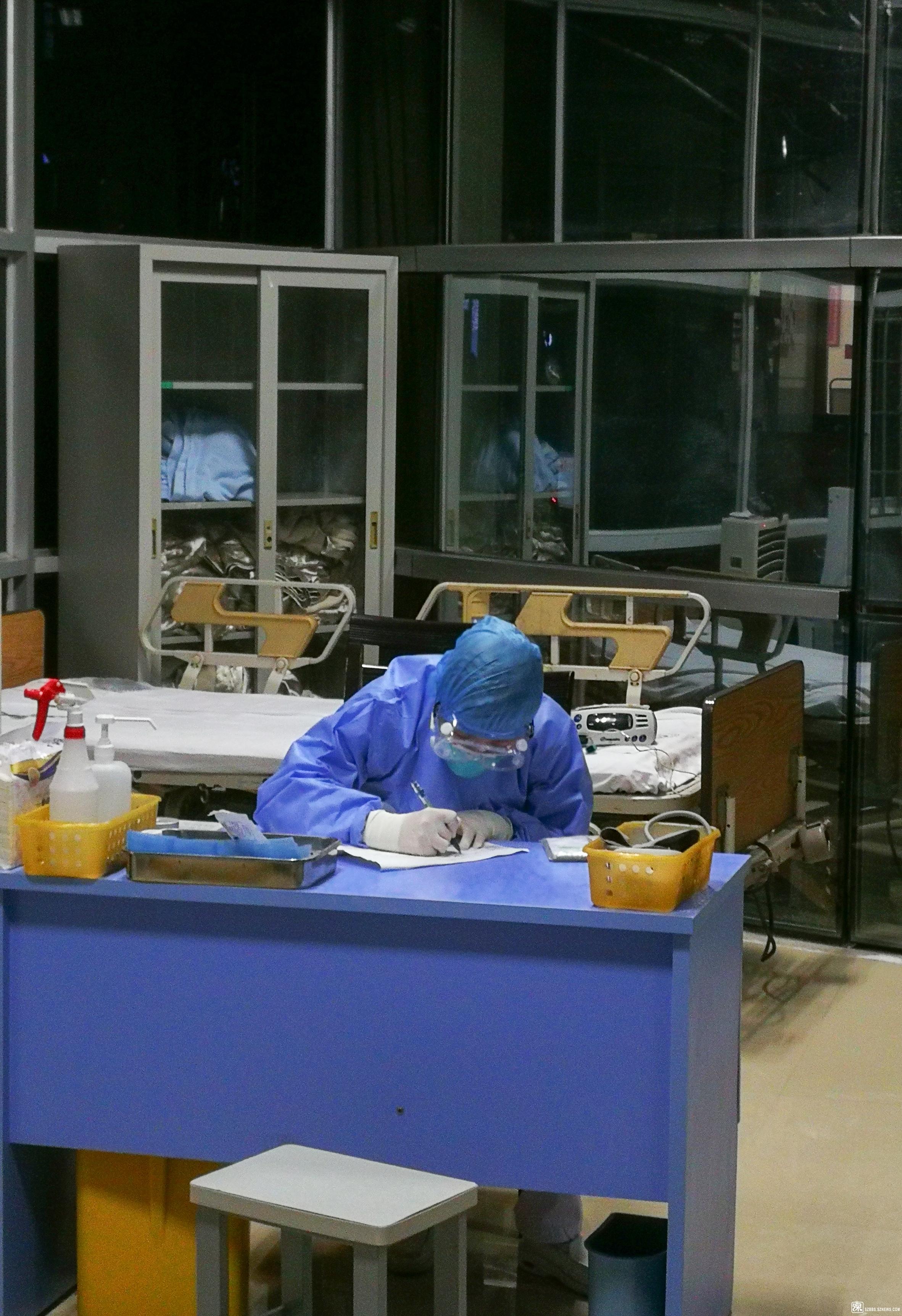 《挑灯夜战,值守于此的医生在深夜仍忙碌中。》.jpg