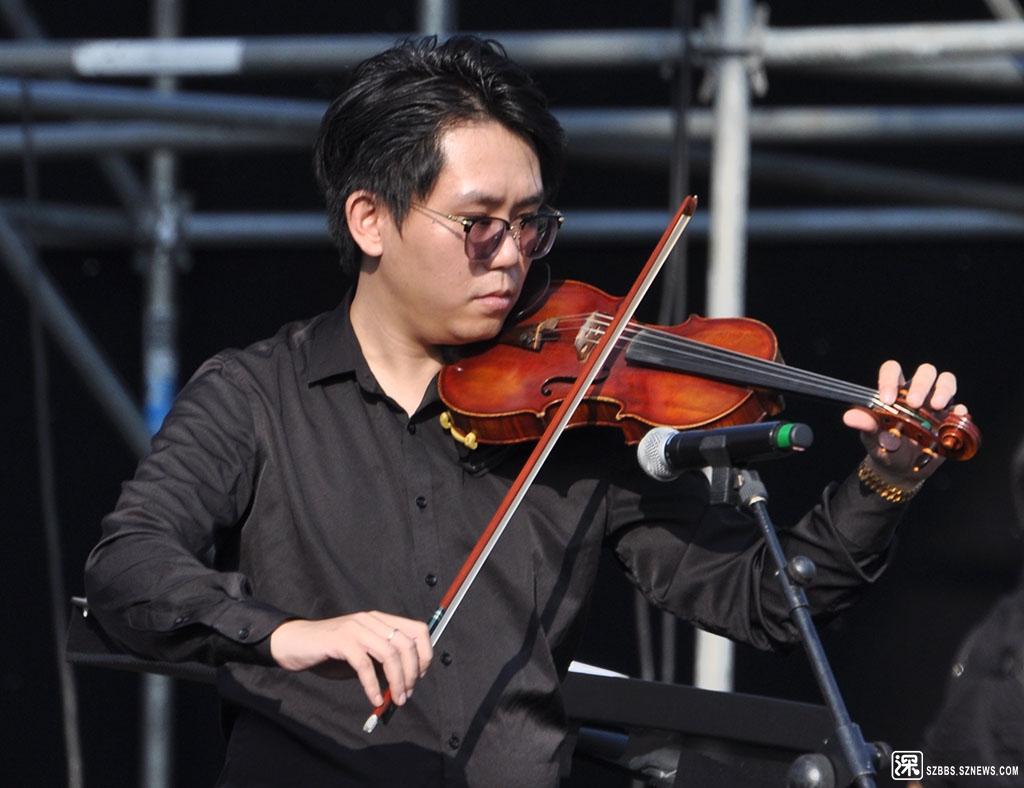 DSC_2946首席小提琴手-乐团首席,指管弦乐队中第一小提琴组的第一小提琴手,通常也是.jpg