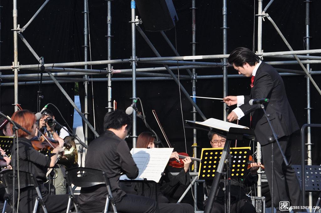 DSC_2990指挥家在指挥乐队演出.JPG