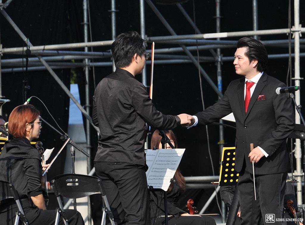 DSC_2979指挥上台后与首席小提琴手握手.JPG
