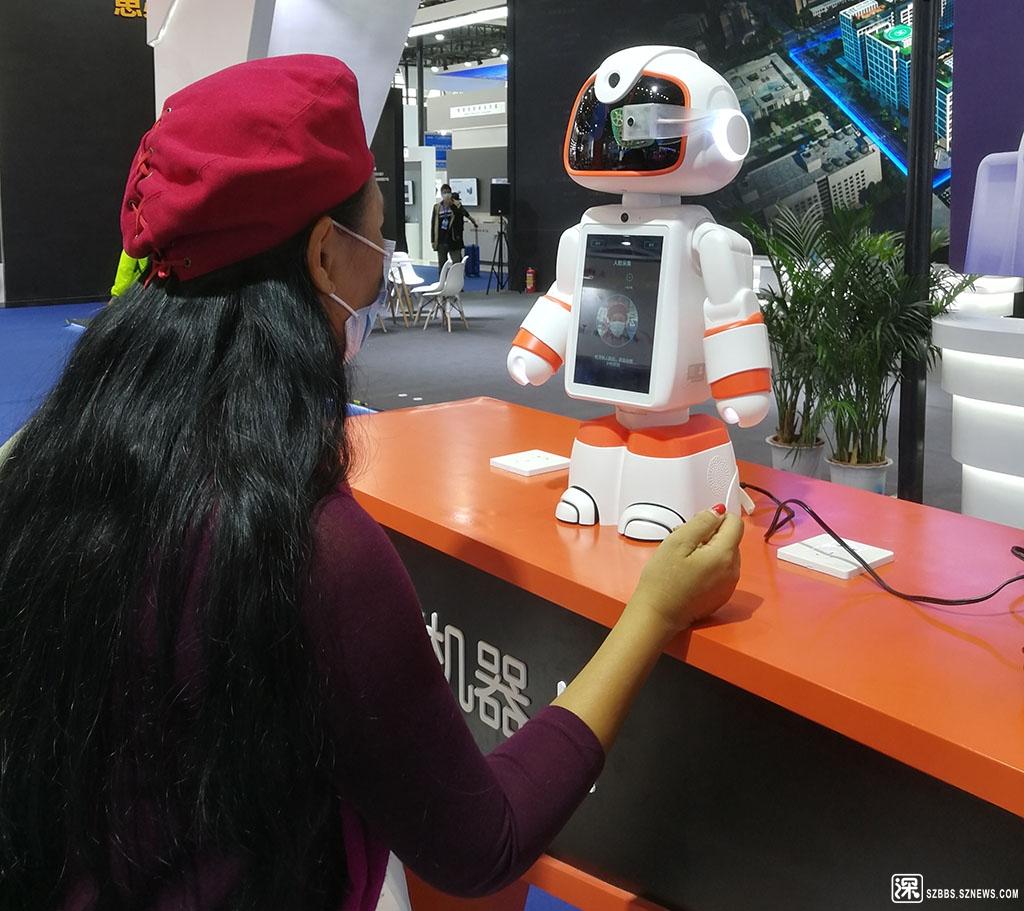 6IMG_20201115_093914可人脸识别的机器人.jpg