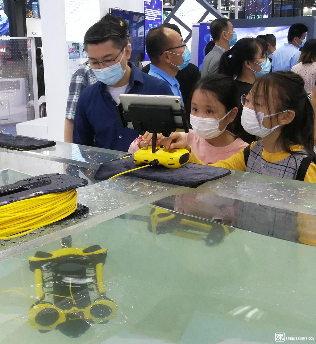IMG_20201115_122620儿童在玩遥控潜水器.jpg