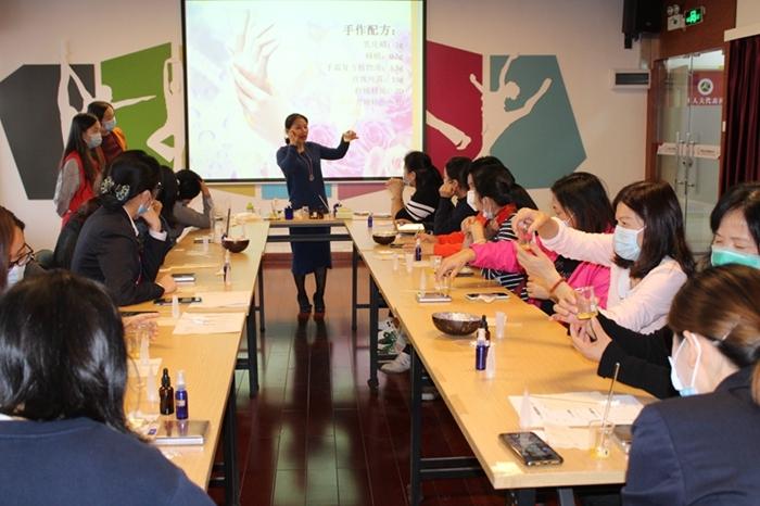 20位社区妇女跟着老师学习芳香疗法 (1).JPG
