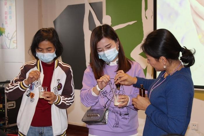 20位社区妇女跟着老师学习芳香疗法 (2).JPG