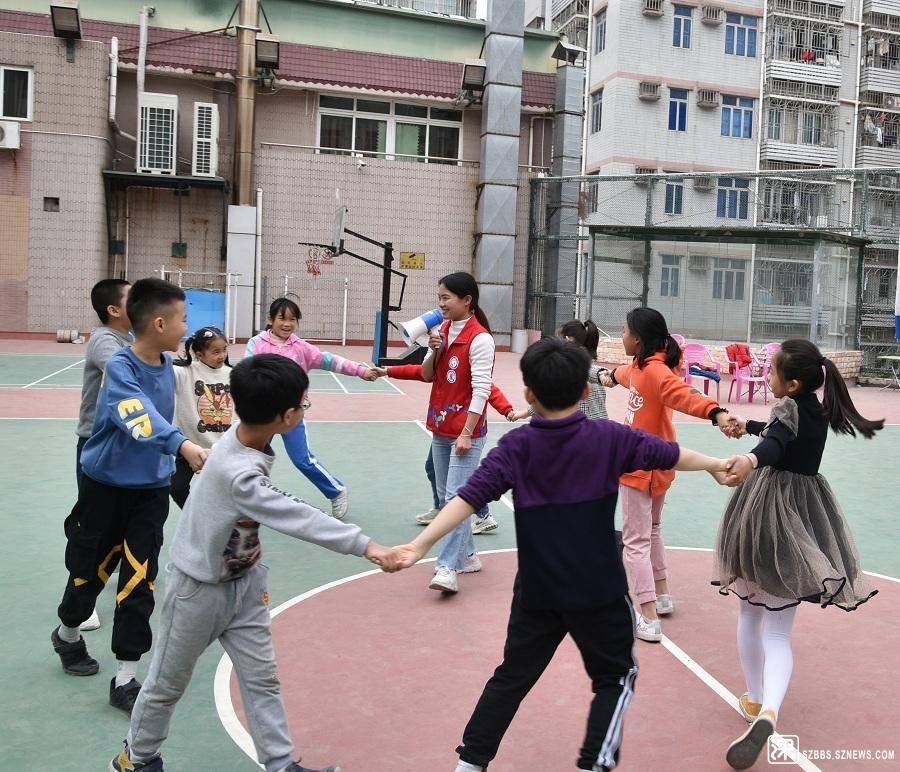 孩子们开心的参加游戏.JPG