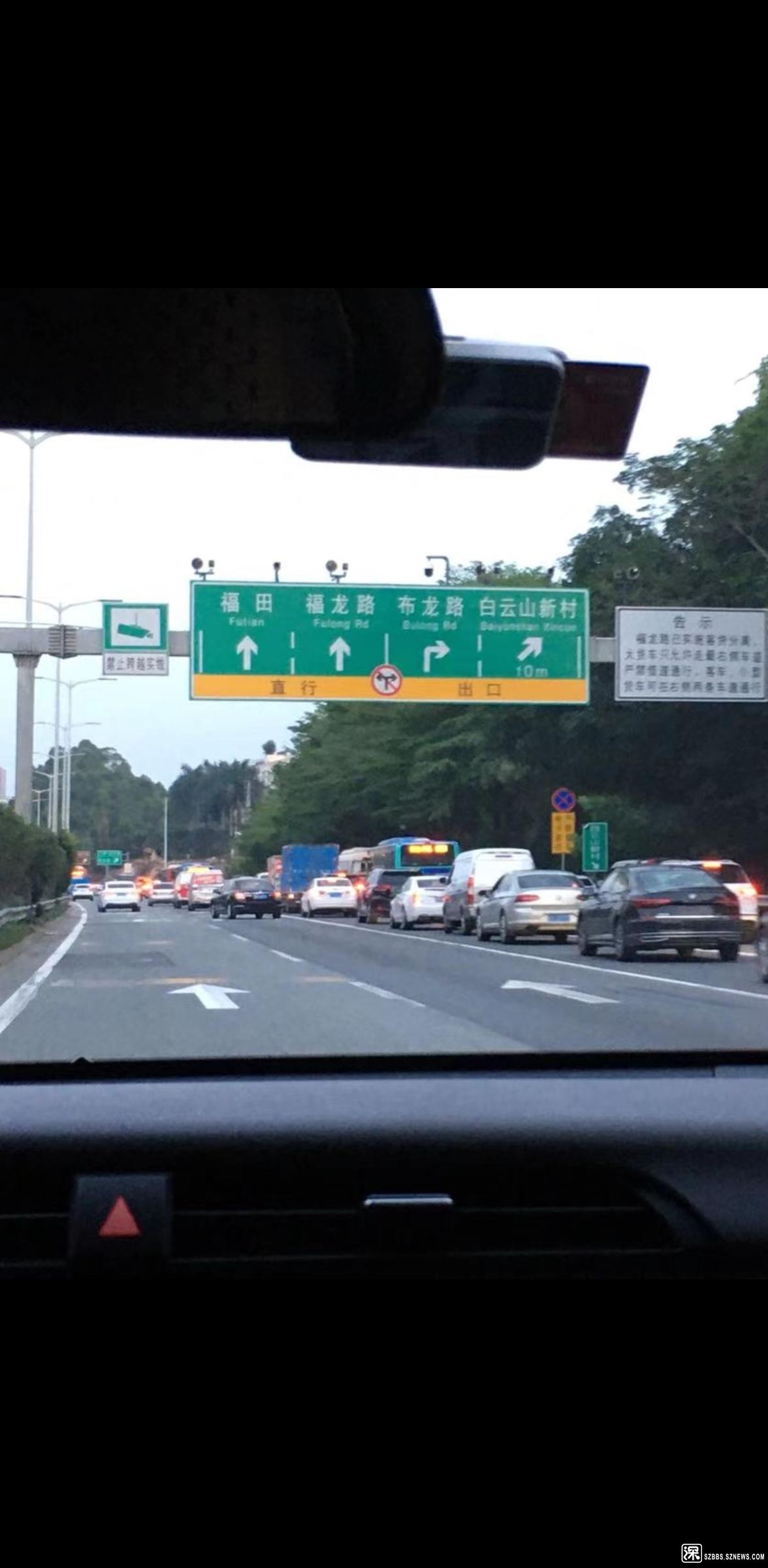 直到此,中间2车道才被右转车辆腾出