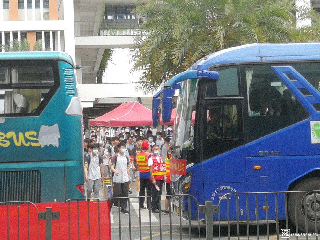11IMG_20210607_114953不在本校的考生集体乘包车离开考场.jpg