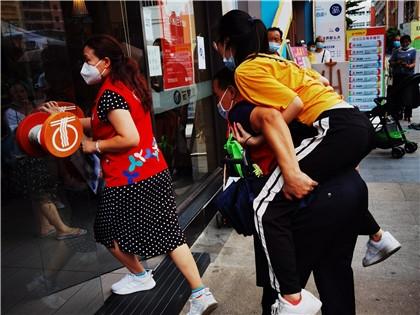 李静、朱庆光背着低血糖晕倒的居民.jpg